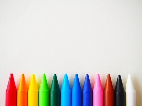 色鉛筆が並ぶ