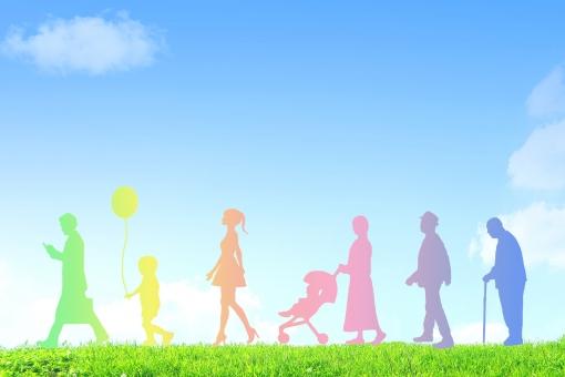 緑の上を歩く家族