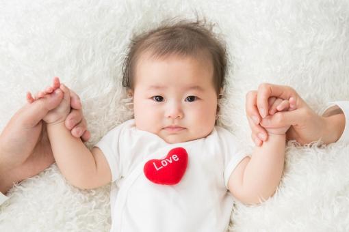 手をつなぎながら泣く赤ちゃん