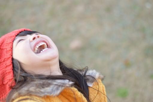天を仰いで笑う
